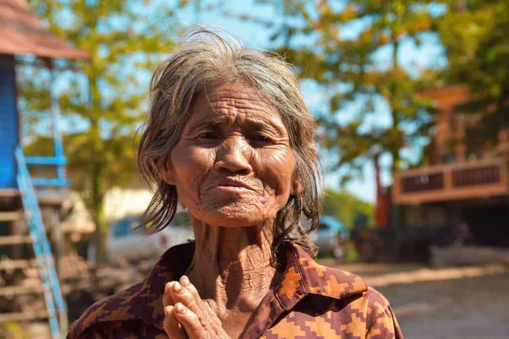 זקנה בקמבודיה - שלומי הפקות